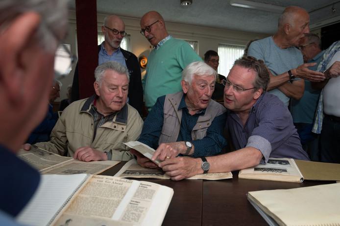 Reünie bij Go-Ahead Kampen met leden die vóór 1970 bij de club voetbalden. Gerrit Gunnink (m), Dick Kiel en Dorus Kuipers (links) halen herinneringen op.
