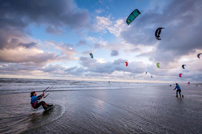 Kitesurfen langs de kust van Hoek van Holland naar Den Helder.