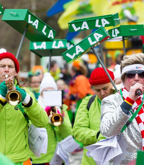 Henneplolly's rondgestrooid bij carnaval Heerlen