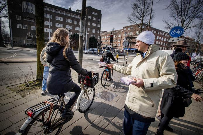 Forum voor Democratie-leider Thierry Baudet deelt flyers uit in aanloop naar de gemeenteraadsverkiezingen