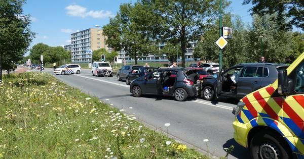 Veel schade door kettingbotsing van vijf auto's in Veenendaal: één gewonde.