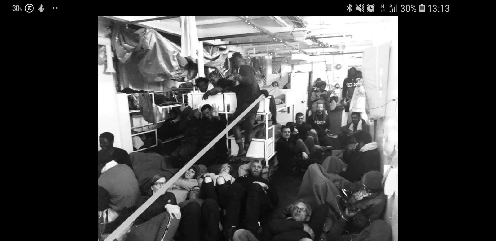 De vluchtelingen wachten voor de kust van Malta af waar ze terecht kunnen. Europa werkt vooralsnog niet mee.