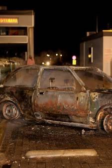 VIDEO: Auto uitgebrand na rammen toegangshek camping Kerkdriel