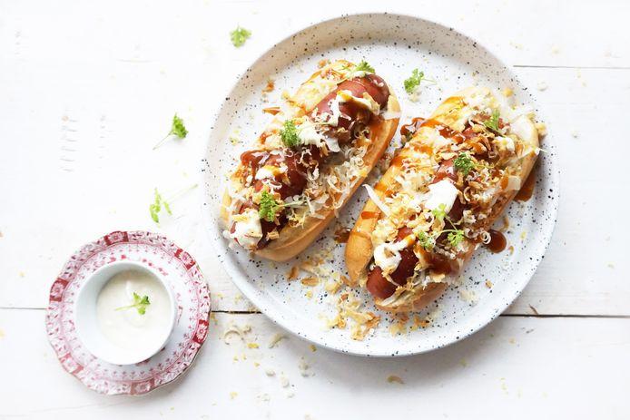 Luxe hotdog met zuurkool en gefrituurde uitjes