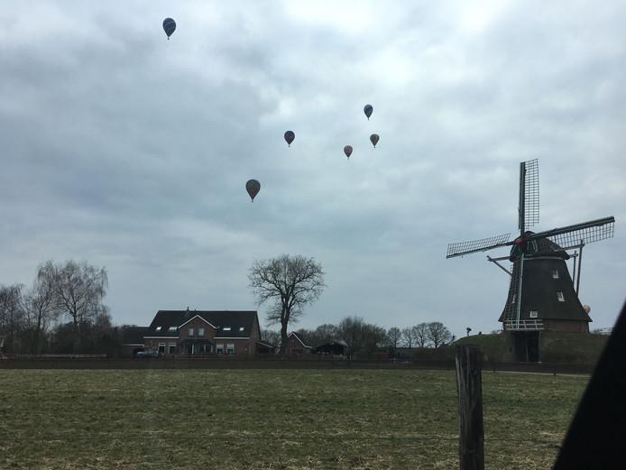 In maart werd de Drenthe Cup gehouden als voorproefje op het NK Ballonvaren in Gramsbergen. Acht wedstrijdballonnen gingen de lucht in, hier bij de molen van Ane.