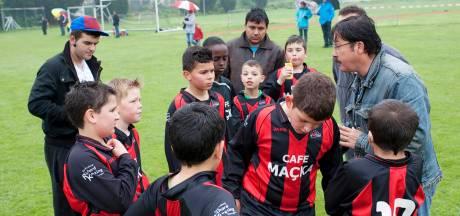Strenge coronaregels bij voetbal in Nijmegen: 'Ik moet rijden voor mijn kind, maar mag ik het veld wel op?'