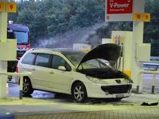 Auto vat vlam aan de pomp van een tankstation langs de A12