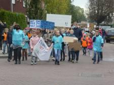 Protestdemonstratie trekt door Lopik: 'Het zwembad mág niet dicht'