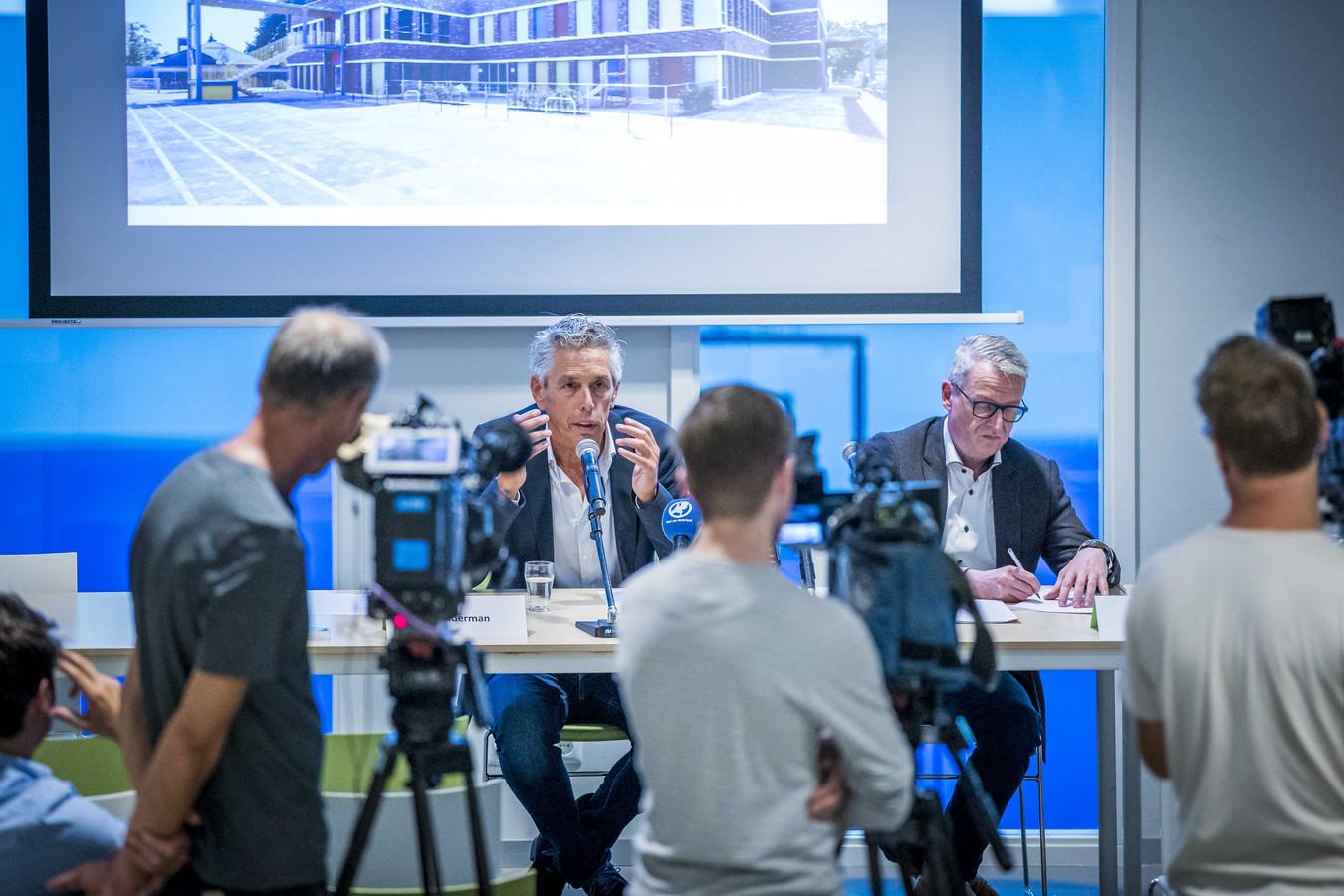 Persconferentie op de school in Roermond. Voorzitter Hans Kelderman (links) van het College van Bestuur van de Aloysiusstichting en schooldirecteur Jacques Verstegen van KEC de Donderberg.