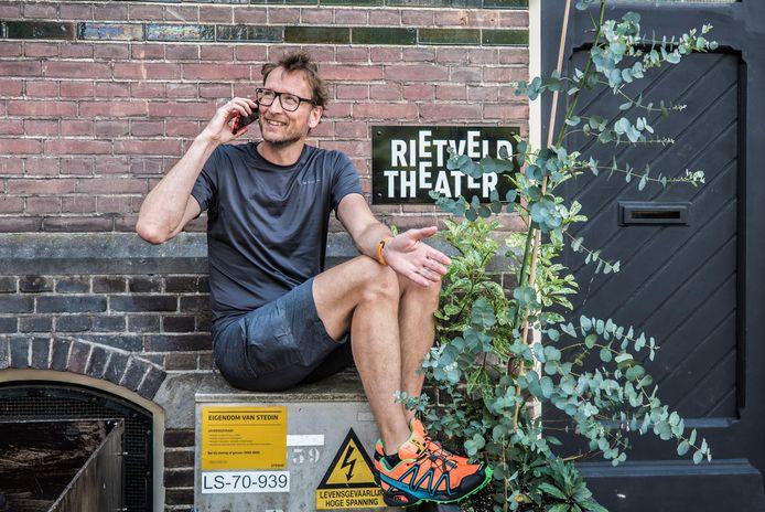 Cabaretier Pieter Jouke gaat voor een livestream in het Rietveldtheater.