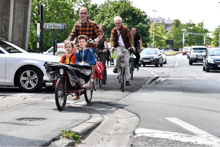 """Putten in het fietspad en conflictsituaties met auto's. """"Voor fietsers is het een hel op de Mechelsesteenweg"""", klinkt het bij de Fietsersbond."""