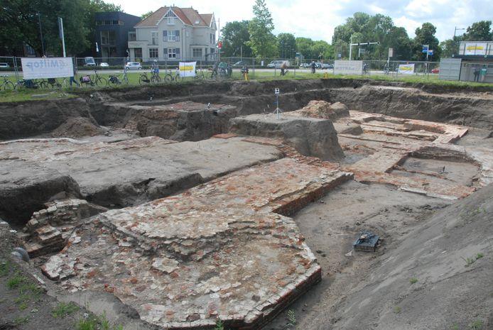 Bij het hedendaagse Wilhelminaplein stond vroeger de Pieckepoort, een poort met een militaire functie waar mogelijk Jheronimus Bosch ooit door is gelopen
