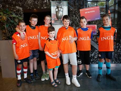 Spelers van EMK Nuenen bewonderen Zoet bij Oranje Fandag