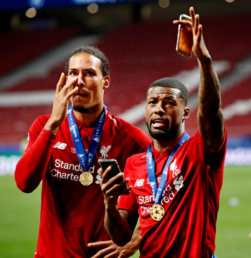 Van Dijk (l) met land- en ploeggenoot Wijnaldum na het winnen van de Champions League.