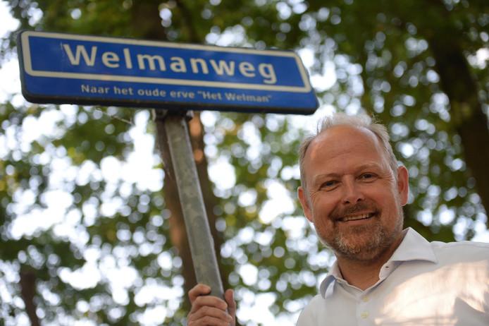 """Patrick Welman bij de Welmanweg nabij de Lonnekermolen iets buiten Lonneker. Het is een beeld met een toepasselijke symboliek: het erve Welman is de oale grond van de voorouders van de wethouder. ,,Dat gaat eeuwen terug en is een van de redenen dat ik zo vergroeid ben met deze stad en de streek."""""""