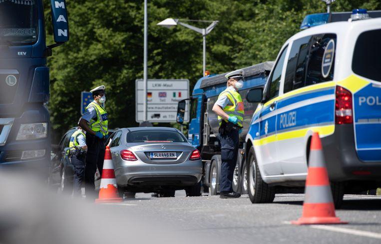 Duitse politie aan de grens met Oostenrijk.
