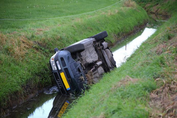De auto vloog uit de bocht en belandde zijwaarts in de sloot.