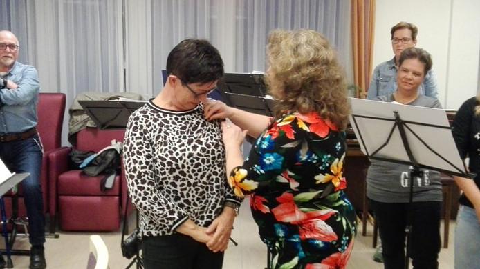 Hedwig van der Putten krijgt het Gemeentelijk Compliment in de activiteitenruimte van Ruijschenbergh  opgespeld door wethouder Wilmie Steeghs.