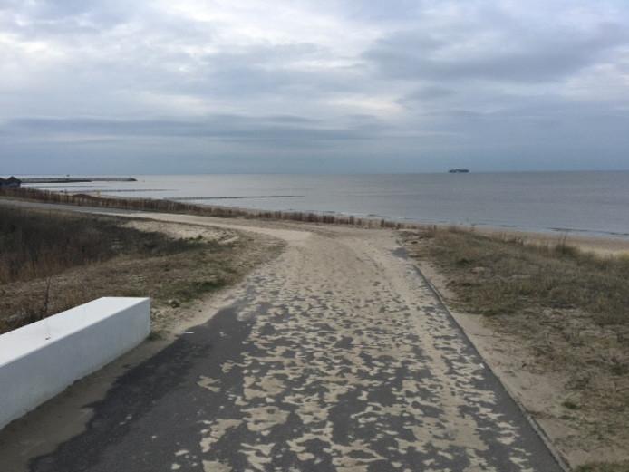 Zand op de weg langs het strand.