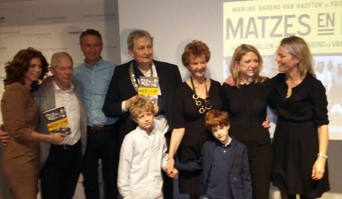 De familie Barend met Frits en Marijke, dochters Barbara en Kim en kinderen. Midden: burgemeester Van der Laan.