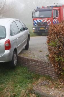 Automobiliste rijdt met auto bijna greppel in en blijft steken op de rand