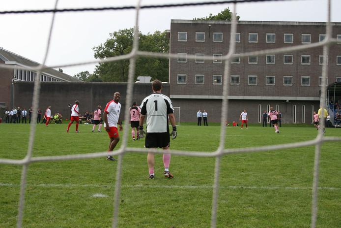 Voetballen gebeurt binnen de muren van de gevangenis