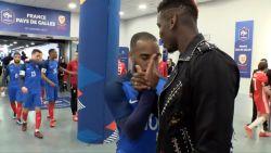 Zijn excentrieke zelve: met deze inventieve handshakes feliciteert Pogba zijn ploegmaats
