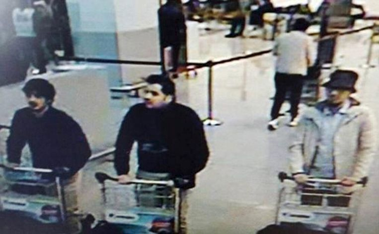 De foto die de politie gisteren verspreidde met daarop drie verdachten van de aanslagen. De middelste is Ibrahim El Bakraoui, de rechterman is voortvluchtig. Van de linkerman weet de politie nog niet wie hij is. Beeld reuters
