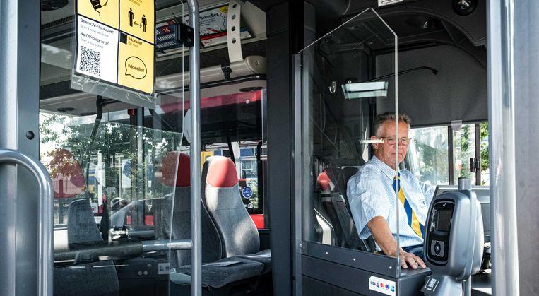 Een kuchscherm in een bus. Alle stads- en streekbussen en trams in Nederland worden de komende weken voorzien van coronaveilige schermen voor chauffeurs.  Beeld ANP