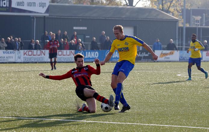 Terneuzen (rood-zwart) verloor zondag van Schijf, terwijl HVV'24 (gele shirts) onderuit ging bij Victoria'03.