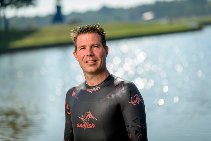 """Dennis Schutten uit Wierden heeft genoeg persoonlijke redenen om mee te zwemmen. """"Mijn beide ouders en mijn schoonmoeder zijn overleden aan de ziekte."""""""