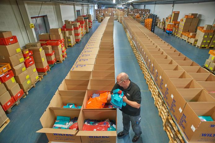 In elke doos zit de complete uitrusting voor ambulancemedewerkers. Ruim 5000 mensen krijgen komende maanden vanuit Uden hun kleding geleverd.