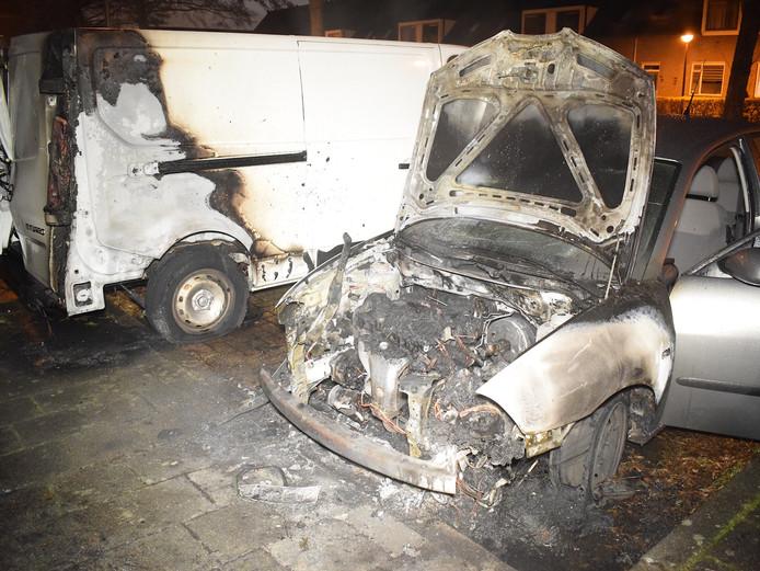 Beide auto's raakten zwaar beschadigd door de brand.