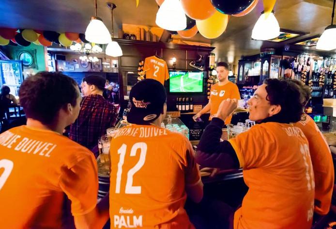 In café Bruxelles in Breda is het gezellig tijdens België-Italië. Het publiek is gehuld in Oranje-Duivels-shirts. foto René Schotanus/pix4profs