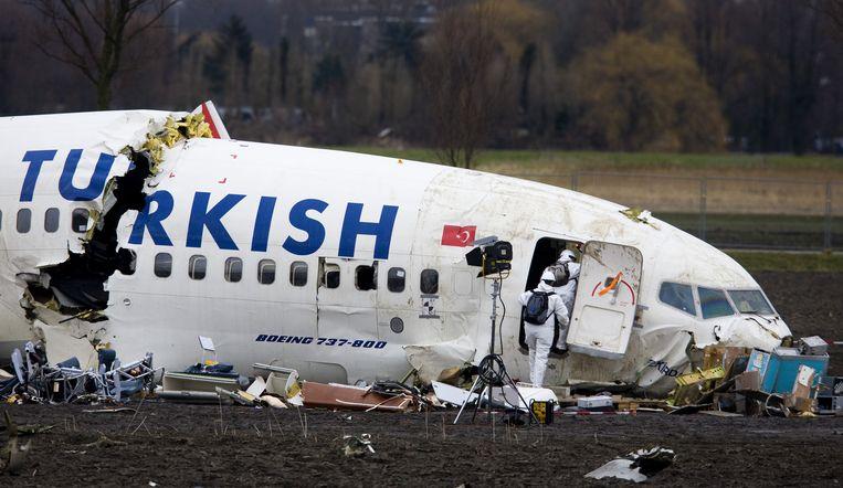 Onderzoekers bij het wrak van Turkish Airlines-vlucht TK1951 die in 2009 naast de landingsbaan op Schiphol belandde.  Beeld anp