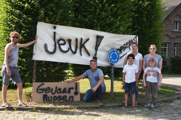 Vorige jaar: bewoners van Zevendonk waarschuwen bezoekers van het gehucht voor de processierups.