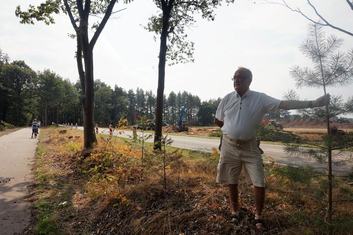 Jo Vaes bij het gat dat inmiddels in het bos is geslagen om de faunapassage aan te kunnen leggen aan de Turnhoutsebaan in Goirle.