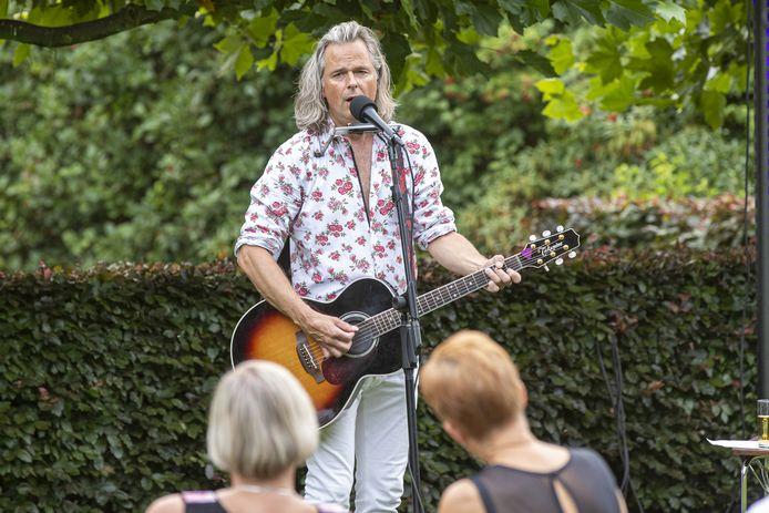 De Zandstuve Feesten en Ontmoeten met zanger Erwin Nyhoff en zijn Corona Cadillac Concerts. Nyhoff is een van die vele artiesten die er lang naar hebben uitgekeken weer te mogen optreden.