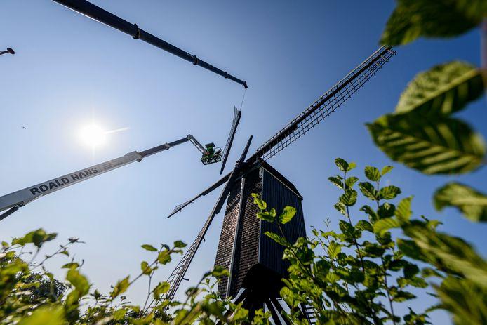 Het wiekenkruis van de Wissinks Möl in Usselo is verwijderd voor renovatie.