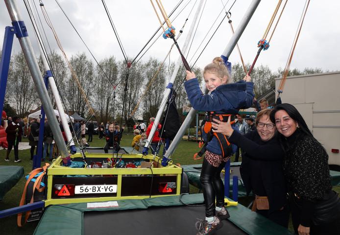 Kapellebrug 20191020 Nieuw op de kermis de bungi jump, Annick van Beek -Warrens 2e van rechts en Heidi van Kerckhoven geven Lois van Acker een zetje