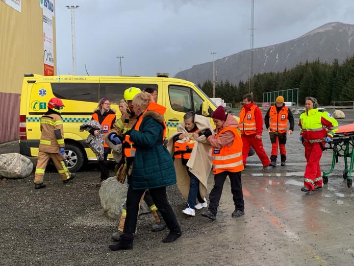 Passagiers komen aan land nadat ze met een helikopter zijn gered van het Noorse cruiseschip Viking Sky.