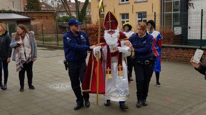Sinterklaas en zijn pieten arriveren in combi op Jan Ruusbroec