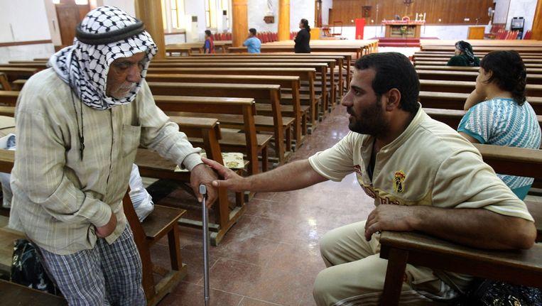 Gevluchte christenen rusten uit in de St. Jozefkerk in Erbil. Beeld epa