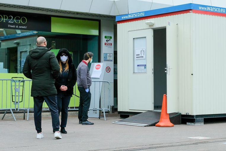 Aan nieuwe spoedafdeling in Jan Portaels: om het ziekenhuis binnen te gaan, moeten patiënten zich eerst aanmelden aan een container waar een warmtecamera staat en waar ze hun handen moeten ontsmetten.
