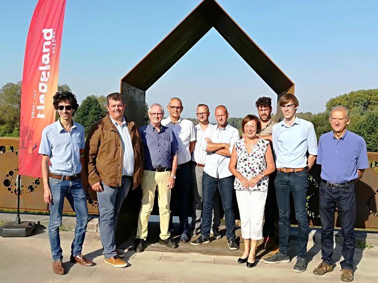 Het gemeentebestuur en de ontwerpers bij het tolhuisje.