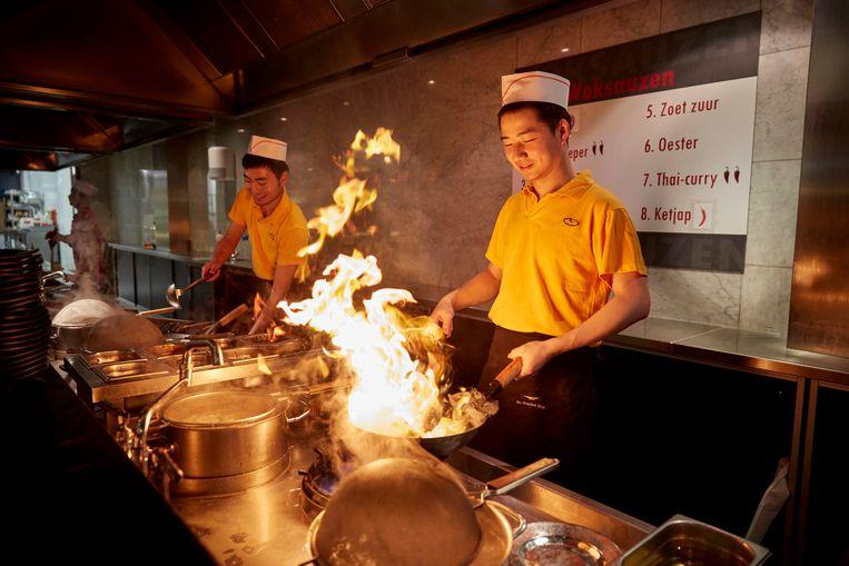 Chinese koks wokken in restaurant De Gouden Wok in het Zuiderpark in Den Haag. Beeld ANP