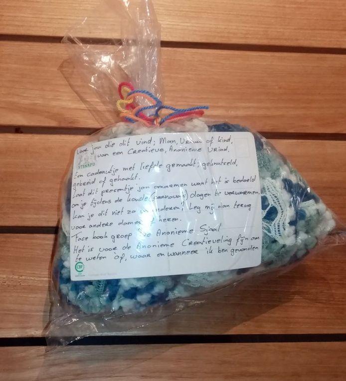 Een gevonden sjaal met begeleidende tekst, bedoeld om de eerlijke vinder warm te houden.
