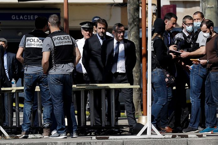 De Frase minister van Binnenlandse Zaken Christophe Castaner (M) praat met politiemensen en vertagenwoordigers van de plaatselijke autoriteiten op de plaats delict.