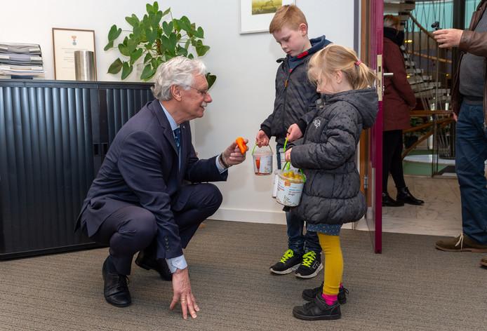 Joost en Amy delen snoepfruit uit aan de Eper burgemeester Hans van der Hoeve.