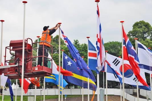 Vlaggen van alle deelnemende landen worden op het Traianusplein in de vlaggenmasten gehangen.